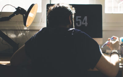 Rückenschmerzen durch Sitzen – diese 5 Übungen helfen!